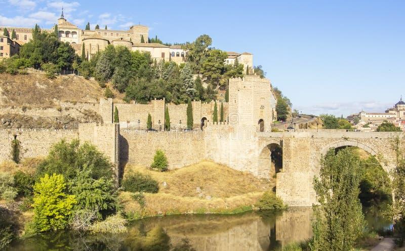 Tło pejzażu miejskiego widok ramparts Toledo Alcantara most obraz royalty free