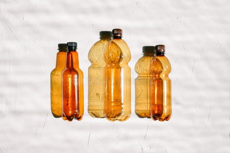 Tło plastikowe butelki Trzy pustej butelki na białym tle z rzędu Zanieczyszczenia i ekologii pojęcie obraz stock