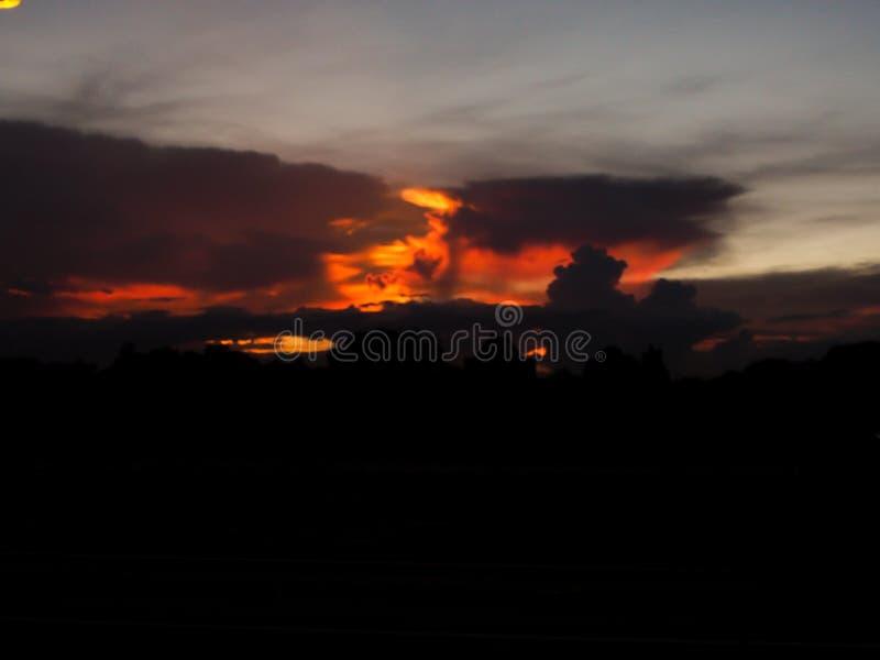 Tło pożarniczej niebo pomarańcze i ciemnego czerni całkowitego terenu niebezpieczny tło zdjęcia royalty free