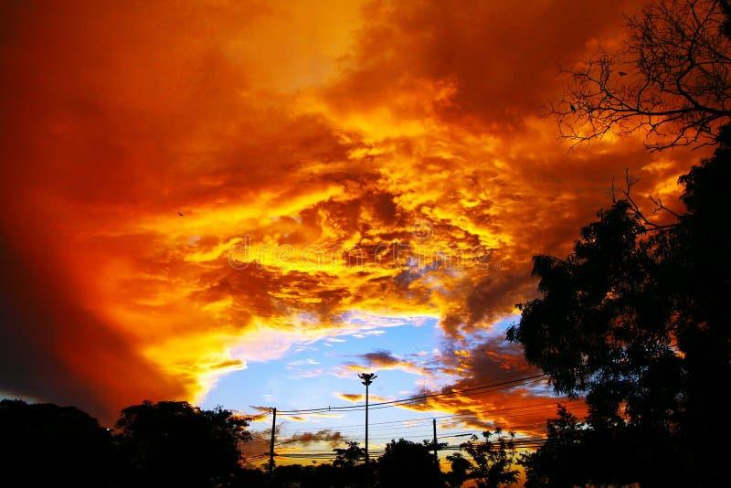 Tło pomarańczowy niebo i chmury obraz royalty free