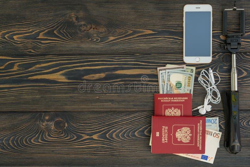 tło portfolio więcej mój podróż Różne rzeczy paszport, selfie kij, pieniądze, kredytowa karta ty potrzebujesz dla podróży - smart fotografia stock