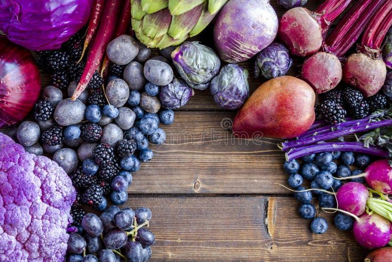 Tło purpurowi warzywa i owoc zdjęcia royalty free