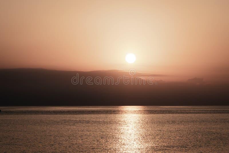 Tło ranku niebo z powstającym słońcem S?o?ca odbicie w wodzie morskiej panorama horyzont zdjęcie royalty free