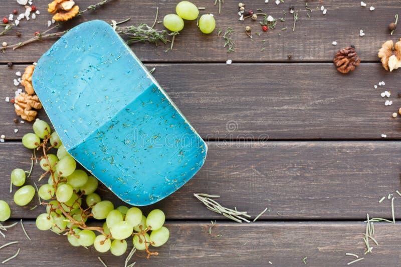 tło ser zawiera siatka ilustracyjnego wektor Gouda pesto błękitna lawenda na nieociosanym drewnie zdjęcie stock