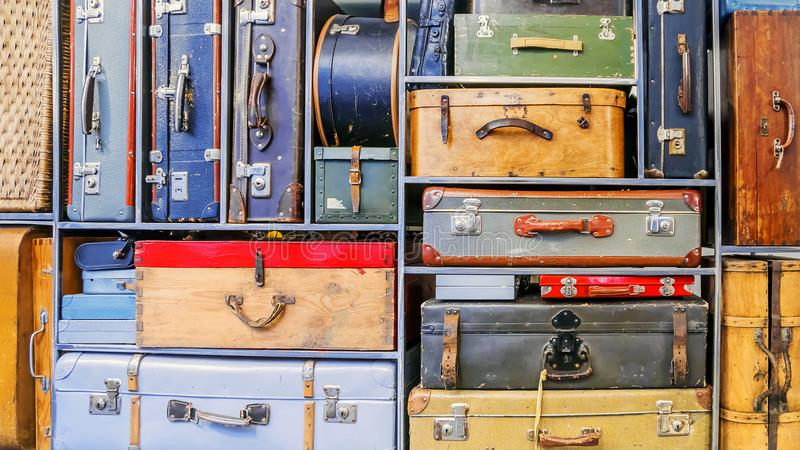 Tło stare kolorowe walizki obrazy royalty free
