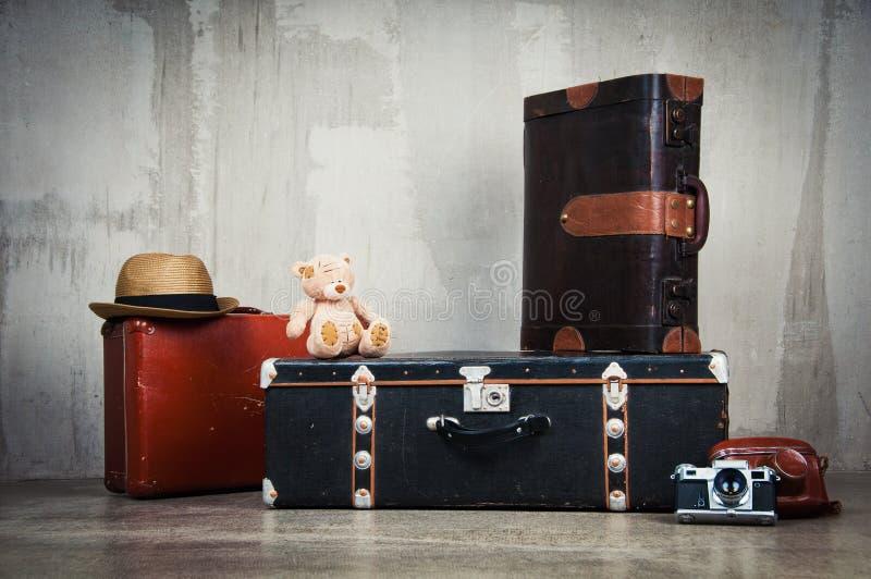 Tło sterta stare podławe walizki i kamera obrazy royalty free