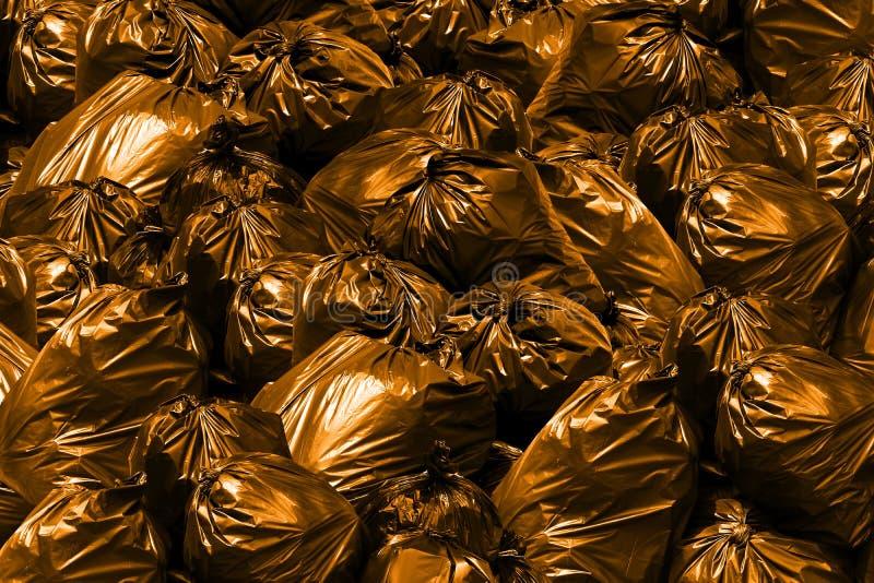 Tło stos torba na śmiecie pomarańcze, kosz, grat, śmieci, banialuka, plastikowi worki wypiętrza obrazy stock