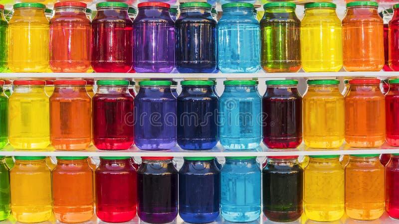 Tło szkło zgrzyta z barwiącym cieczem zdjęcia royalty free