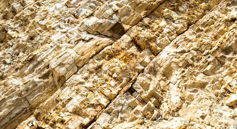Tło tekstury skały kolorowa strzępiasta ściana obraz stock