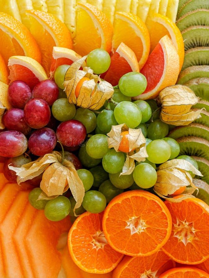 Tło układająca świeżo ciąca z góry tropikalna i cytrus owoc zbli?enie fotografia stock