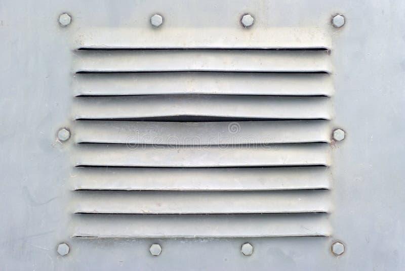 Tło w militarnym stylu: sekcja metalu ight ściana popielata skorupa lub ryglami i wentylacją niektóre pojazd pancerny z fotografia stock