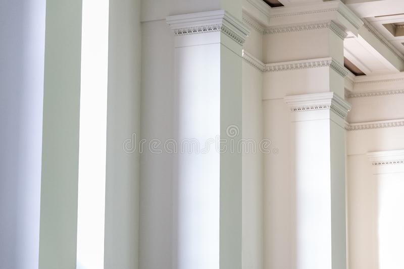 Tło wewnętrzna ściana z białymi kolumnami w rzędzie obrazy stock