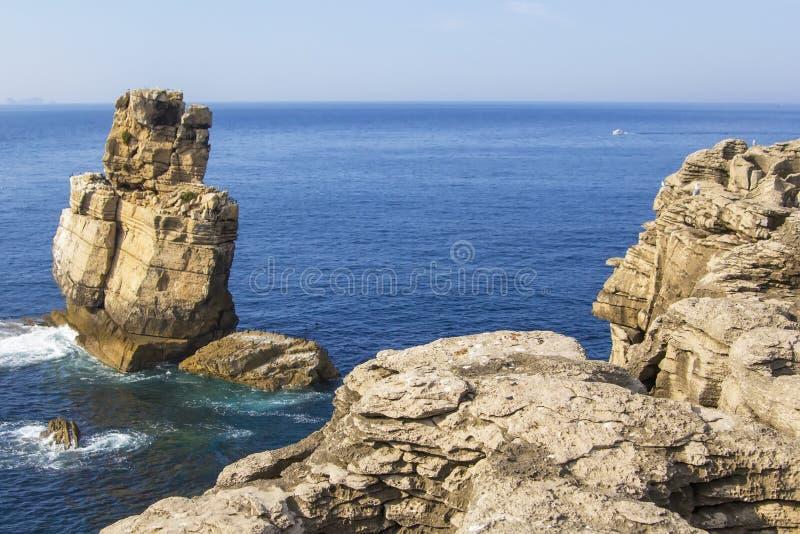 Tło widok liffs w peninsulae Cabo Carvoeiro zdjęcie stock