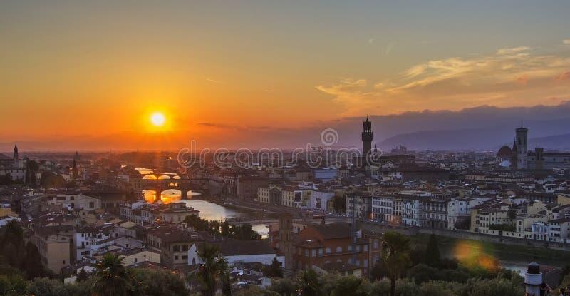 Tło widok panorama stary miasto Florencja, przegapia Arno rzekę Ponte Vecchio obrazy stock