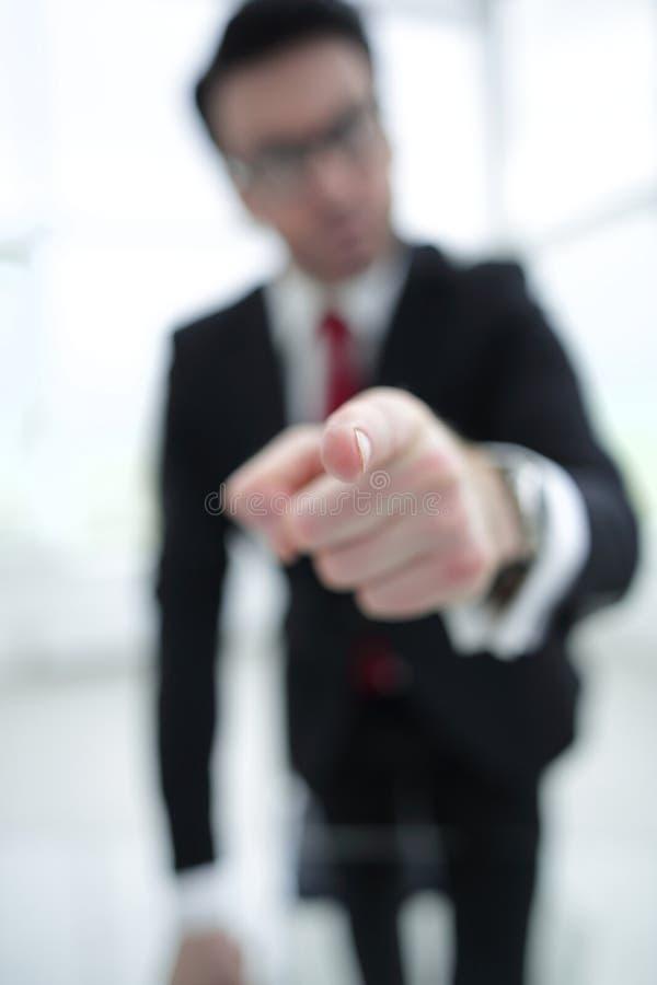 Tło wizerunek biznesmen wskazuje jego palcowego przy tobą obrazy stock