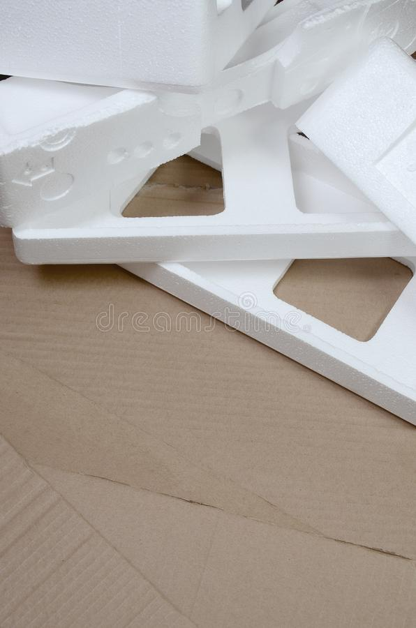 Tło wizerunek z beżowymi kartonu styrofoam i papieru pudełkami disgarded jako banialuki Pojęcie odpakowywać nowych domowych urząd zdjęcia stock