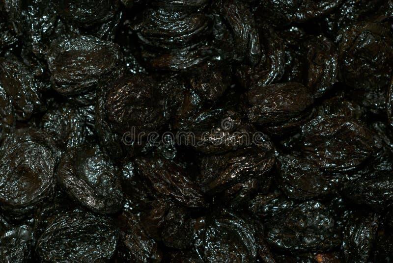 Tło - wysuszone czarne śliwki z tęcza odcieniem zdjęcia stock
