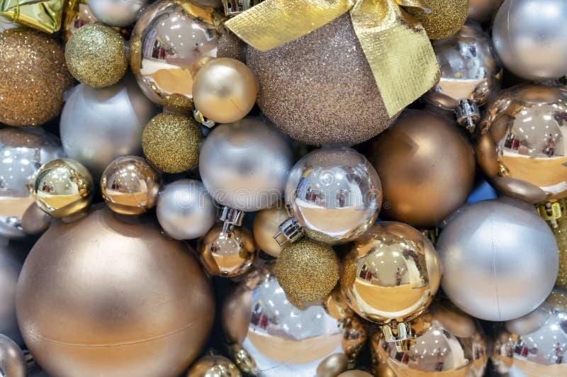 Tło złota i srebra bożych narodzeń piłki Dekoracje nowy rok, boże narodzenia zdjęcia stock