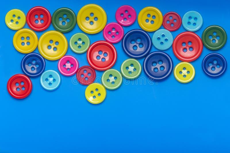 Tło z barwionych guzików odgórnym widokiem zdjęcie royalty free