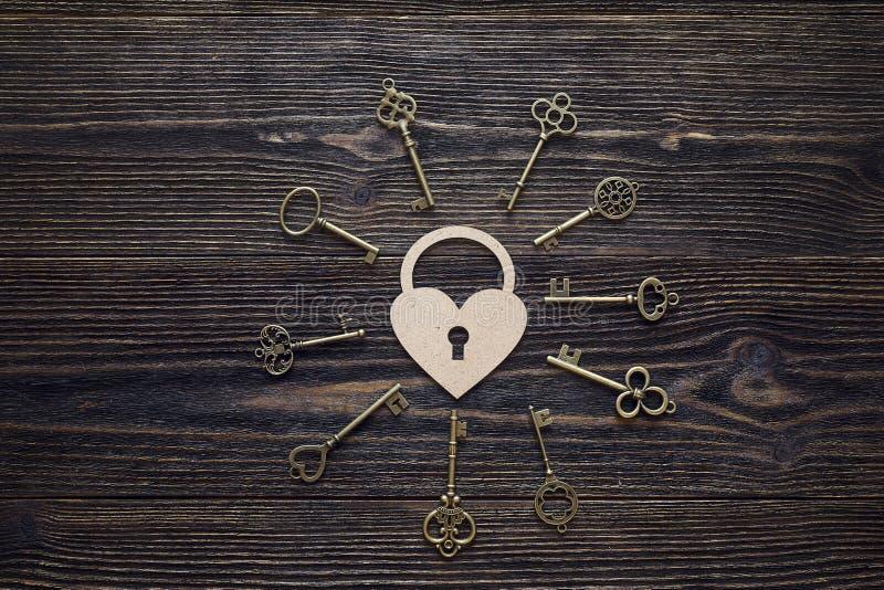 Tło z dekoracyjnymi serca i antyka kluczami na drewnianym obraz royalty free