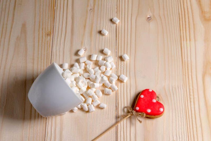 Tło z dwa marshmallows na drewnianym tle i sercami Podstawa dla sztandaru na Valentin dniu, Macierzysty dzień Rama dla zdjęcie royalty free