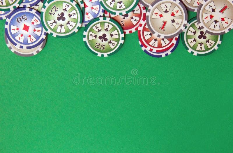 Tło z grzebaków układów scalonych stertą na zielonym stole fotografia royalty free