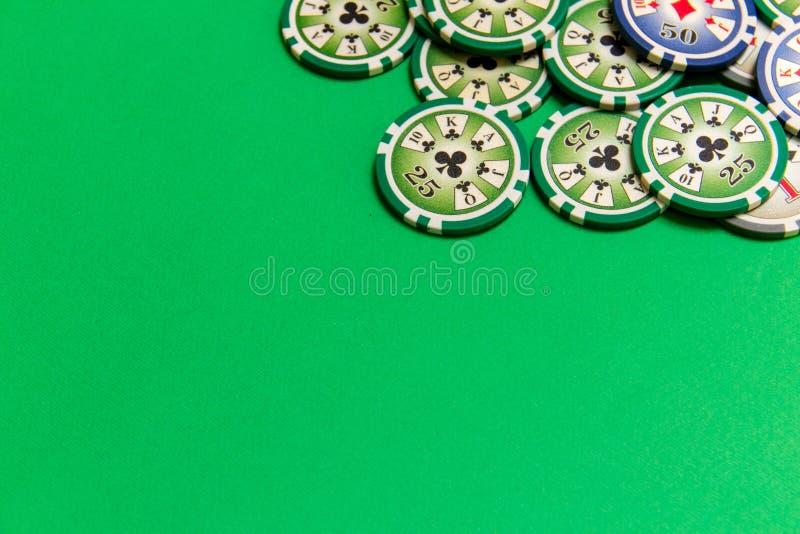 Tło z grzebaków układów scalonych stertą na zielonym stole obrazy stock