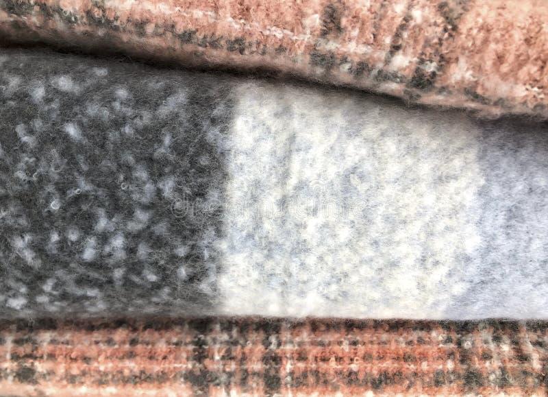 Tło z kolorowymi wyplatającymi tkanina szalikami zdjęcie stock