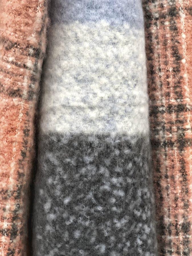 Tło z kolorowymi wyplatającymi tkanina szalikami obrazy royalty free