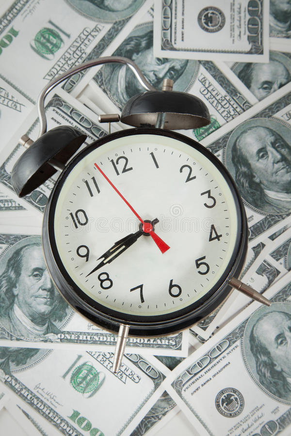 Tło z pieniądze amerykanina sto dolarowymi rachunkami i zegarkiem fotografia royalty free