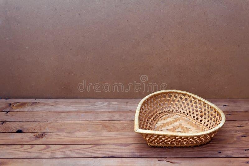Tło z pustym koszykowym kierowym kształtem na drewnianym stole obrazy stock