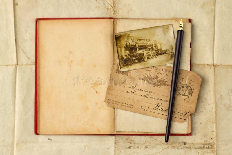 Tło z rocznik fotografią, pocztówki, i opróżnia otwartą książkę zdjęcie royalty free
