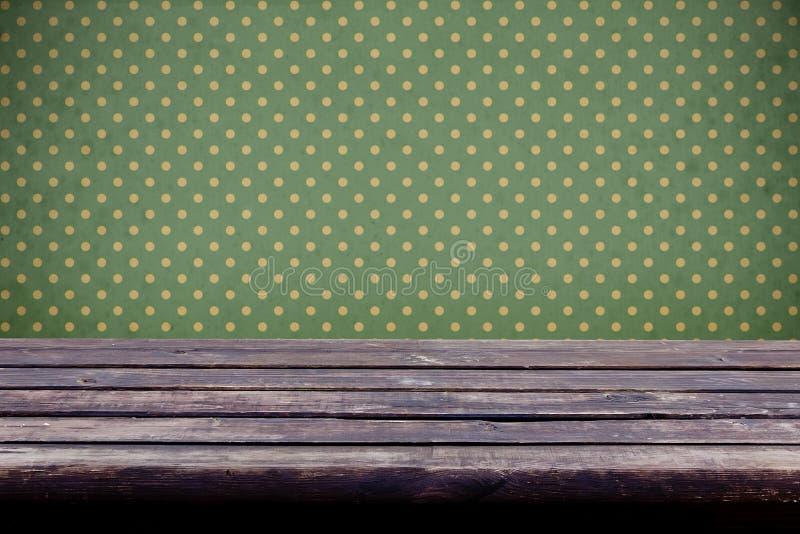 Tło z starym drewnianym stołem i rocznik tapetą obraz stock