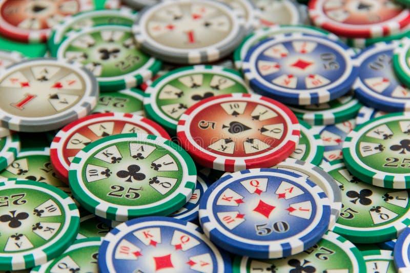 Tło z uprawiać hazard układ scalony stertę na zielonym stole obraz stock