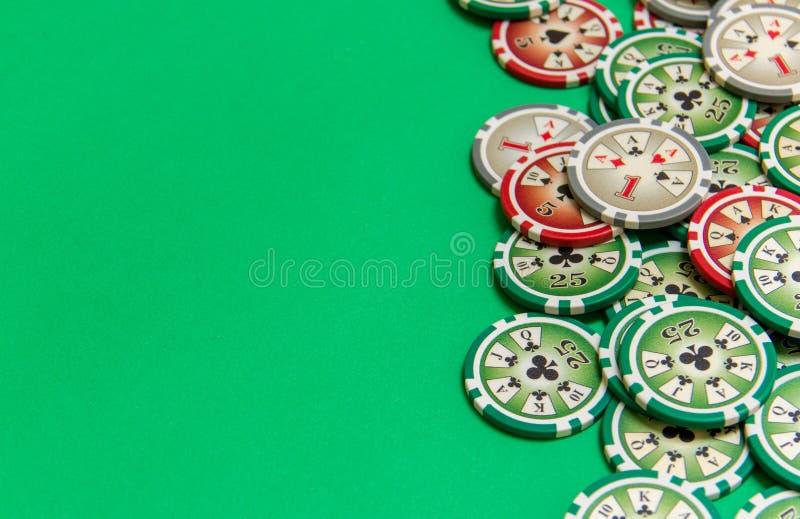 Tło z uprawiać hazard układ scalony stertę na zielonym stole fotografia royalty free
