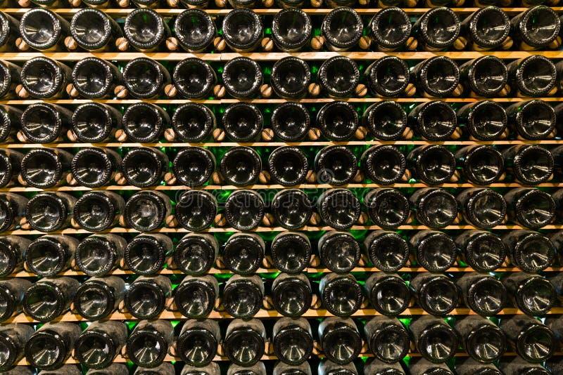 Tło z wiele szklanymi butelkami zdjęcia stock