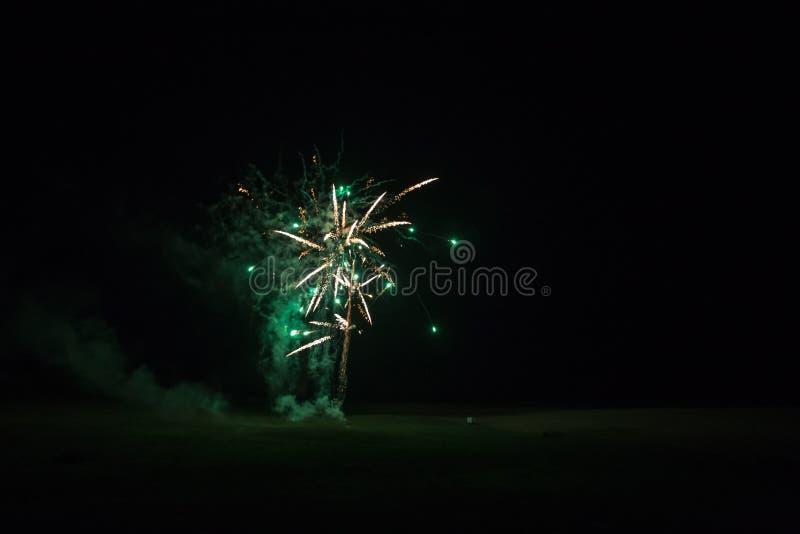 Tło z Zielonym i Złotym fajerwerkiem z Bezpłatną przestrzenią dla teksta fotografia royalty free