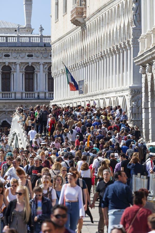 Tłoczący się turysty kamienia mosta Ponte della Paglia, Wenecja, Włochy zdjęcie royalty free