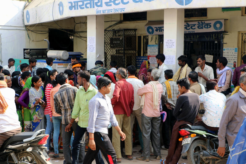 Tłoczę się zbierał outside banki przez India obrazy royalty free
