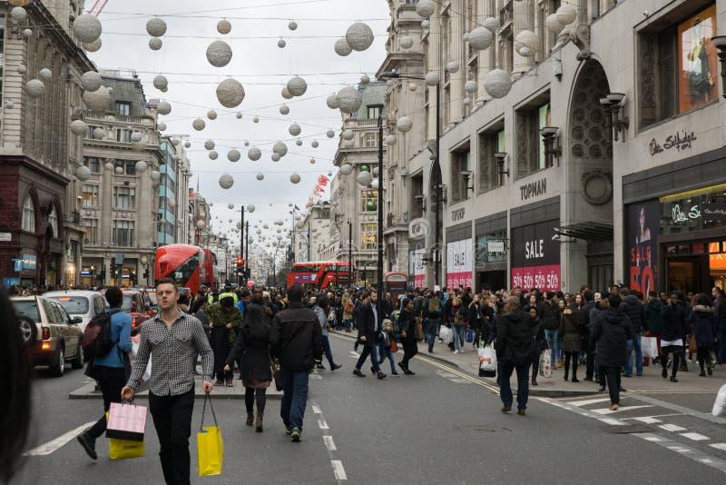 Tłoczy się kupujący podczas drugi dzień świąt bożego narodzenia sprzedaży, Oksfordzki Uliczny Londyn obraz royalty free