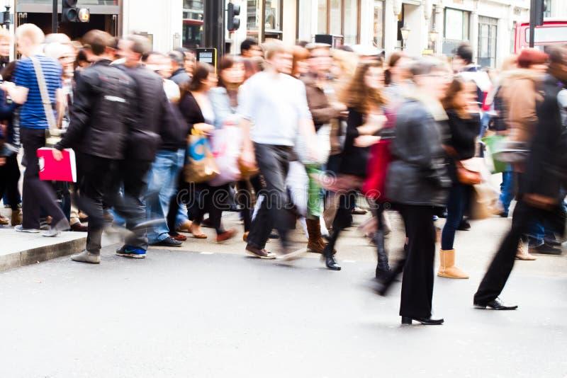 Tłoczy się ludzie krzyżuje ulicę zdjęcie royalty free