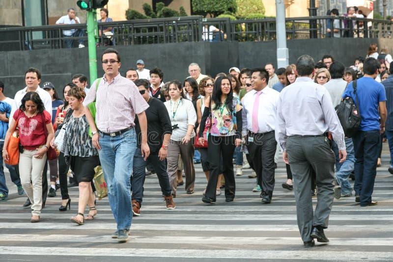 Tłoczy się ludzie krzyżuje ulicznego pobliskiego pałac sztuki piękna w Hictorical centrum Meksyk obraz stock