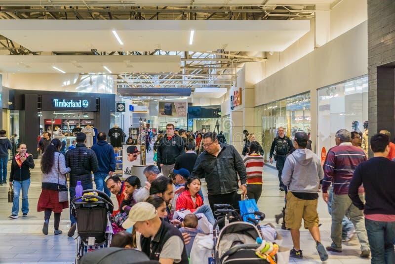 Tłoczy się ludzie robi zakupy przy Wielkim centrum handlowym obraz royalty free