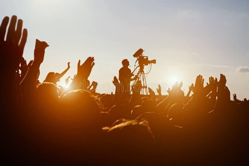 Tłoczy się ono Cieszyć się Przy Plenerowym festiwalem muzyki zdjęcie stock