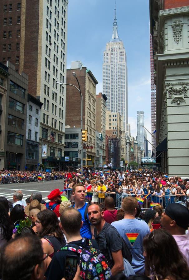 Tłoczy się przy 2018 Miasto Nowy Jork dumy paradą z empire state building w plecy fotografia stock