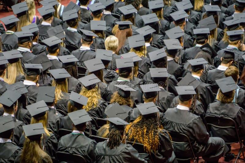 Tłum absolwenci stoi przy ceremonią zdjęcie stock