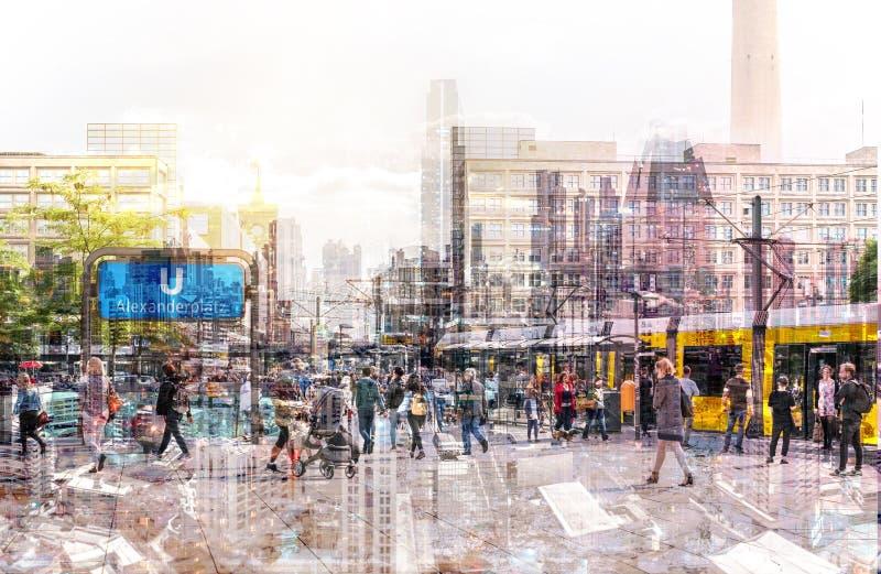 Tłum anonimowi ludzie chodzi na ruchliwie miasto ulicie - abstrakcjonistyczny pejzaż miejski zdjęcia royalty free