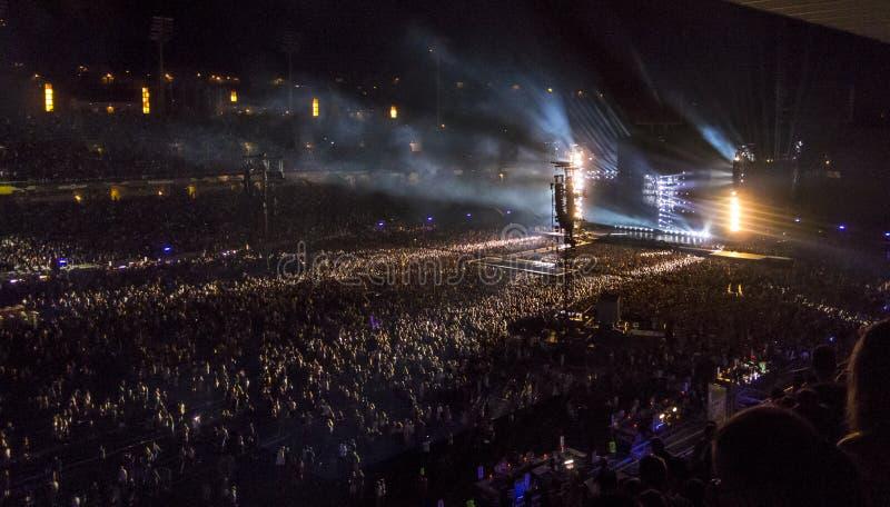 Tłum bawi się przy rockowym koncertem obraz royalty free