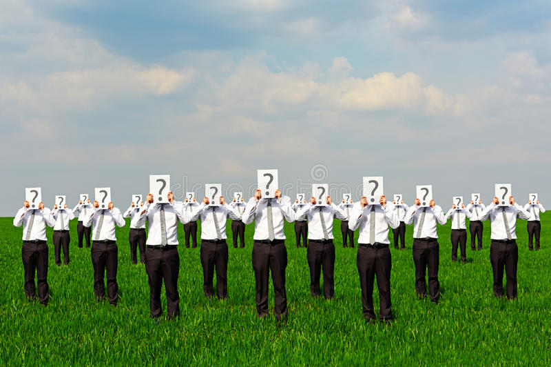 Tłum biznesmeni z znakiem zapytania zdjęcie stock