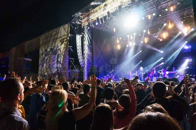 Tłum cieszy się koncert obraz stock